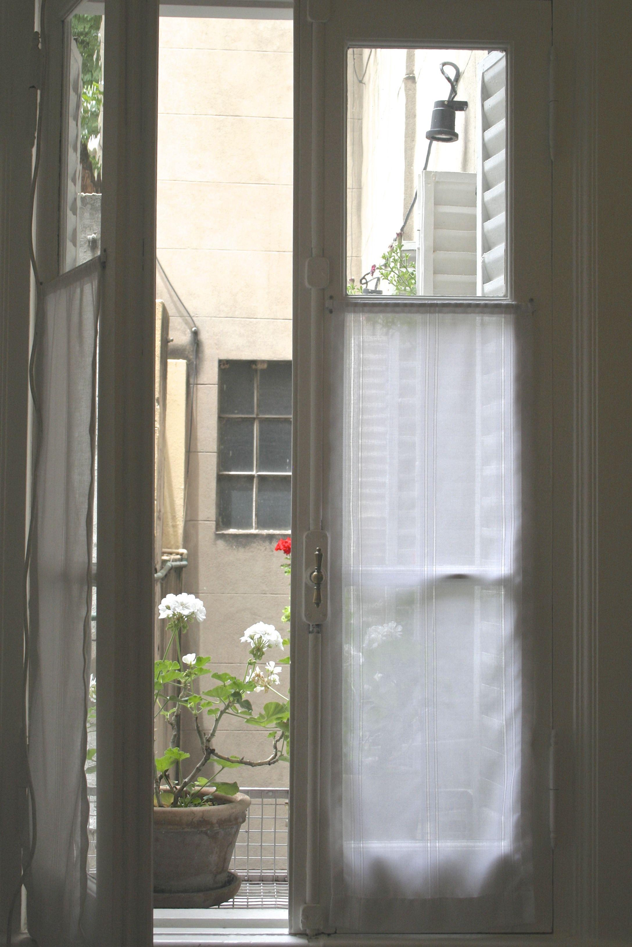 Visillos de gasa con fantasia para ventana antigua de for Cortinas para puertas exteriores ikea