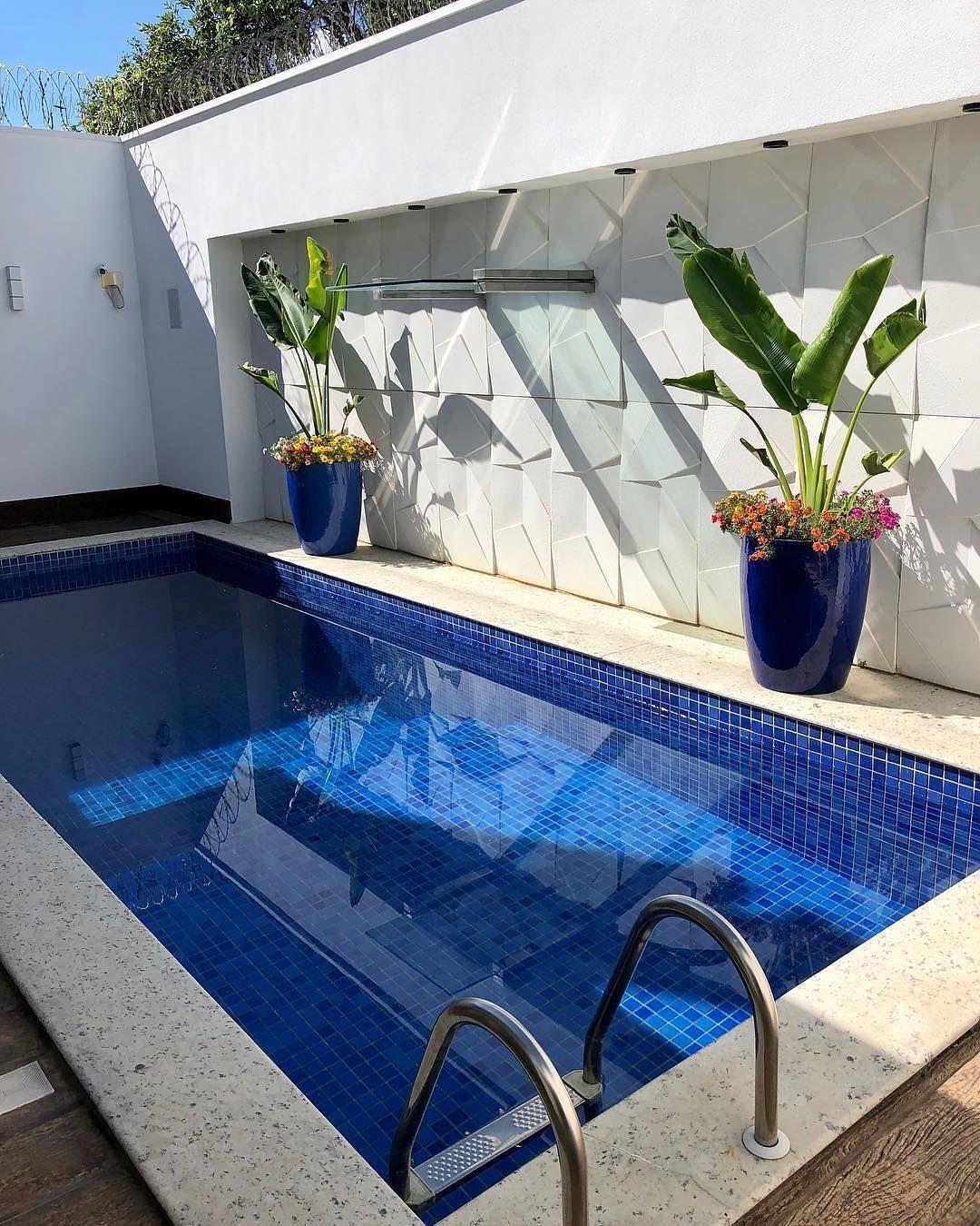 """REPERTÓRIO CASA • LUCAS KENJI on Instagram """"Adorei o revestimento 3D utilizado na área da piscina e os vasos também complementaram super bem! 🥰❤️ Projeto Arqforma Arquitetura …"""" is part of Small backyard pools -"""