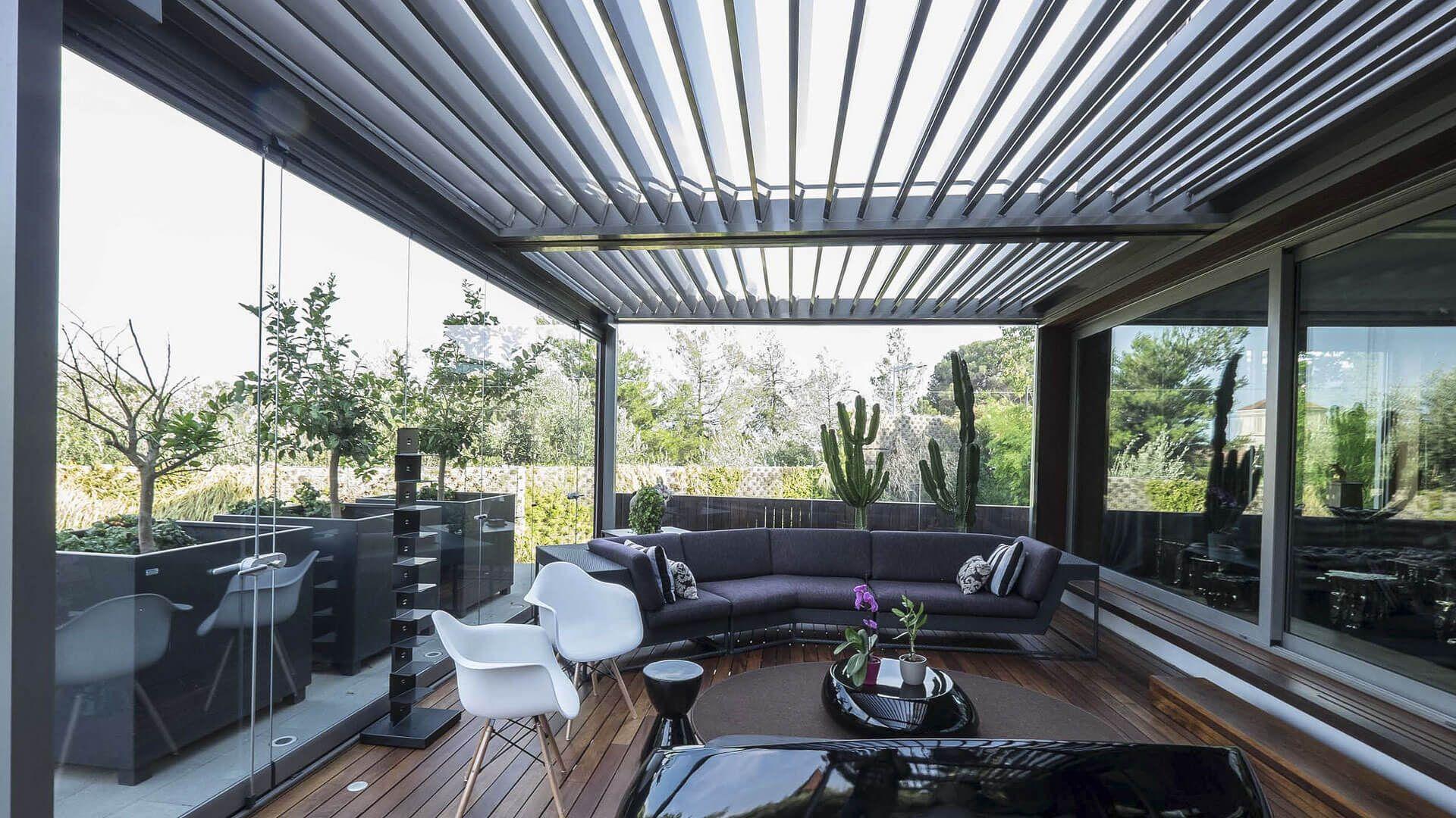 P rgola bioclim tica con cortina de cristal y ventanas for Ventanas de aluminio con cortina