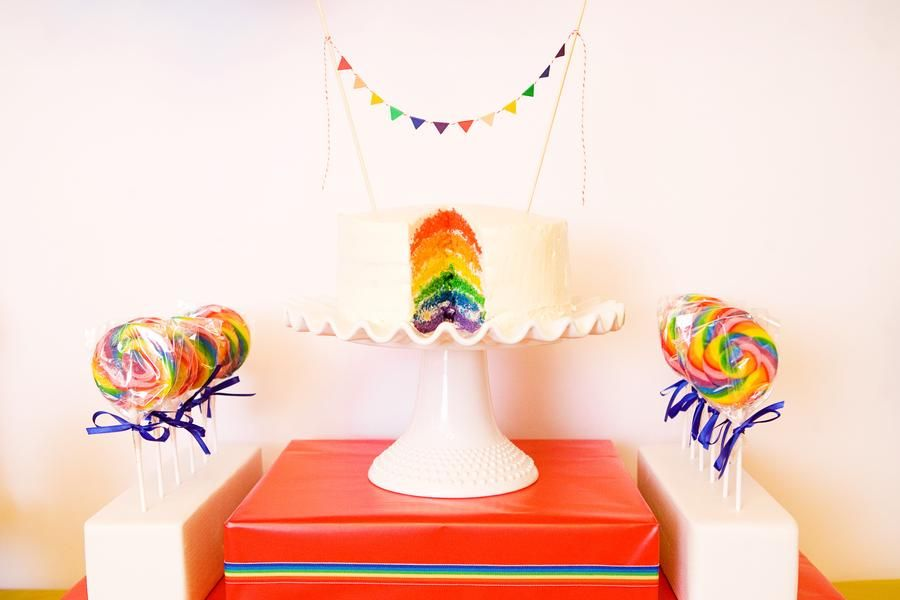 I really like how the lolly pops are lined up next to the cake