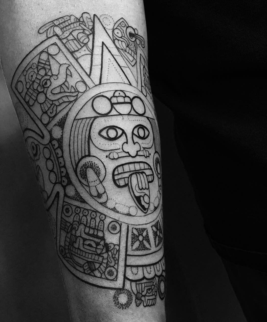 Tonatiuh por Roxy Tattoo. Top con los mejores tatuajes prehispánicos