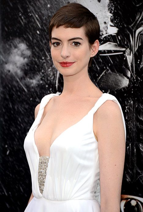 Pin Thin Anne Hathaway Wears Plunging White Gown At Premiere White Prom Dress Hair Inspiration Beautiful Skin