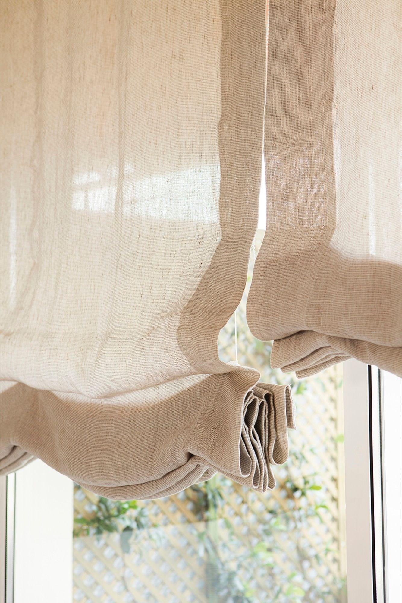 Detalle de los estores beige de los ventanales del salón ...