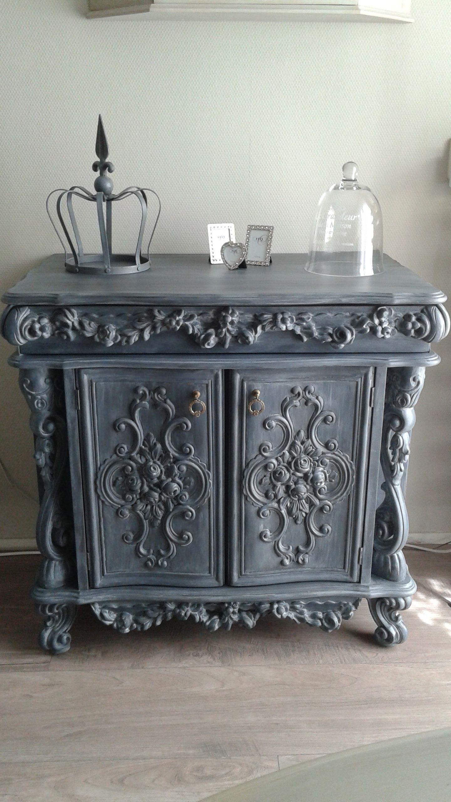 Barok kastje met zeer mooie houtsnijwerk gerysteled met krijtverf antraciet grijs met fluweel licht grijs .  Tua-Casa restylen van oud naar nieuw. Besloten groep op facebook