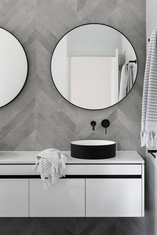 Des Idees De Design De Salle De Bains Elegantes Et Luxueuses Pour Un Decor Unique Voir Plus En Cl Grey Bathroom Tiles Bathroom Design Bathroom Interior Design