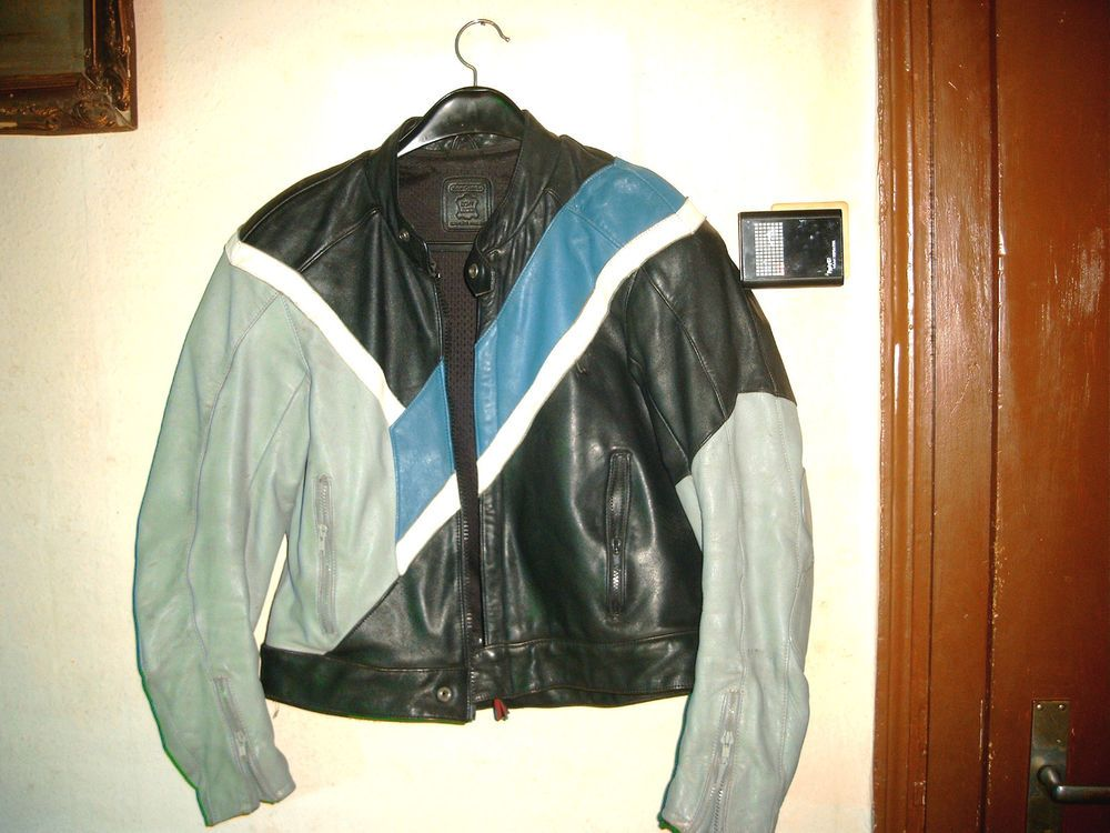 Die Jacke ist aus stabilem echt Leder und in einem guten Zustand, keine Löcher, Risse o.ä. Die 9 Reißverschlüsse sind auch alle in Ordnung, Obermaterial: 100% Rindsnappaleder, Futter: 100% Polyester, Qualitäts- Produkt