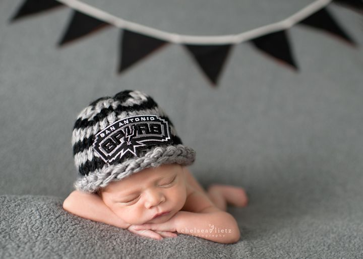 San antonio spurs baby boy in spurs hat newborn photography chelsea lietz photography