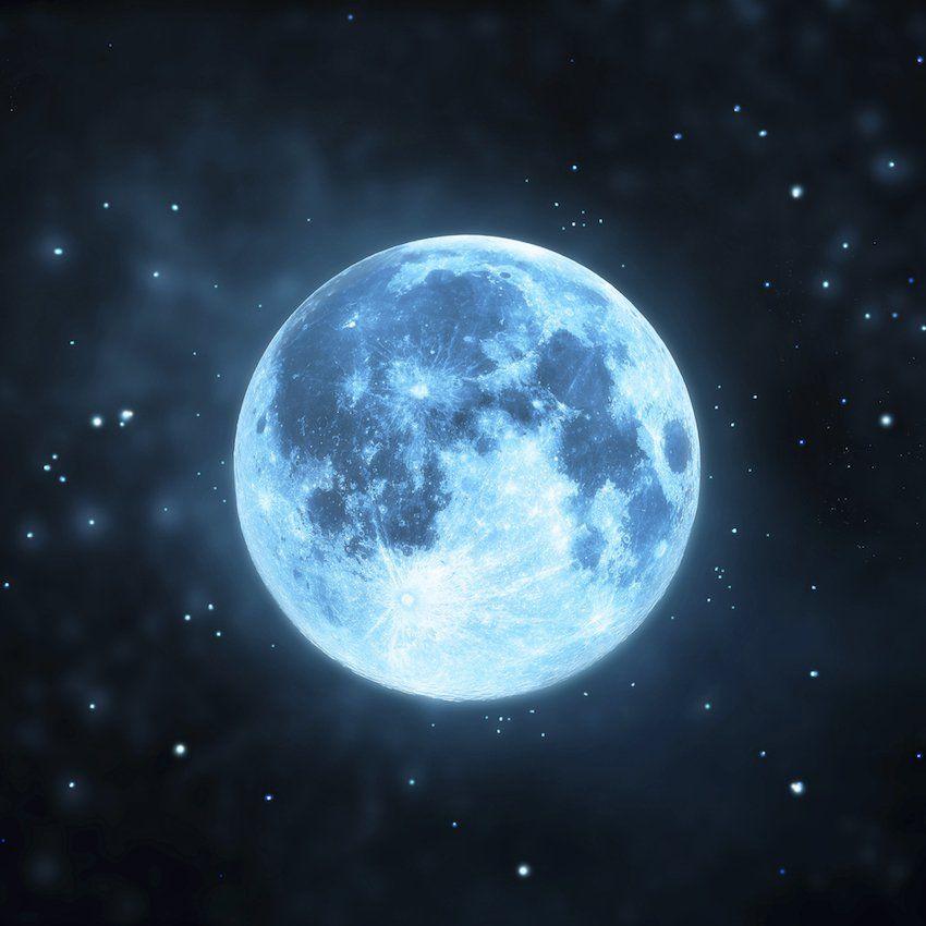 Popularmente, se conoce como luna azul a la segunda luna llena dentro del mismo mes Este fenómeno ocurre aproximadamente cada tres años.