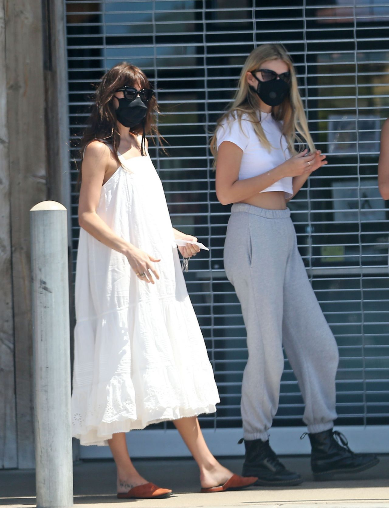 Dakota Johnson Ride With Chris Martin S Daughter Apple In Malibu 05 02 2020 In 2020 Street Style Dress Summer Street Style Dress Midi Dress Summer