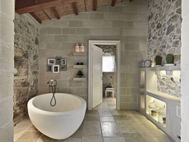 Luxus Bad Im Rustikalen Cottage Stil Wände Steinmauerwerk Balkendecke