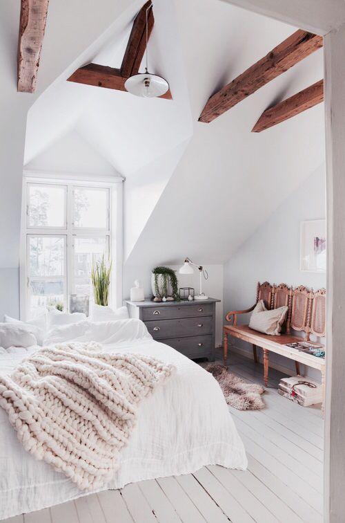 Chambre épurée, linge de lit immaculé, banc en bois rose passé | La ...
