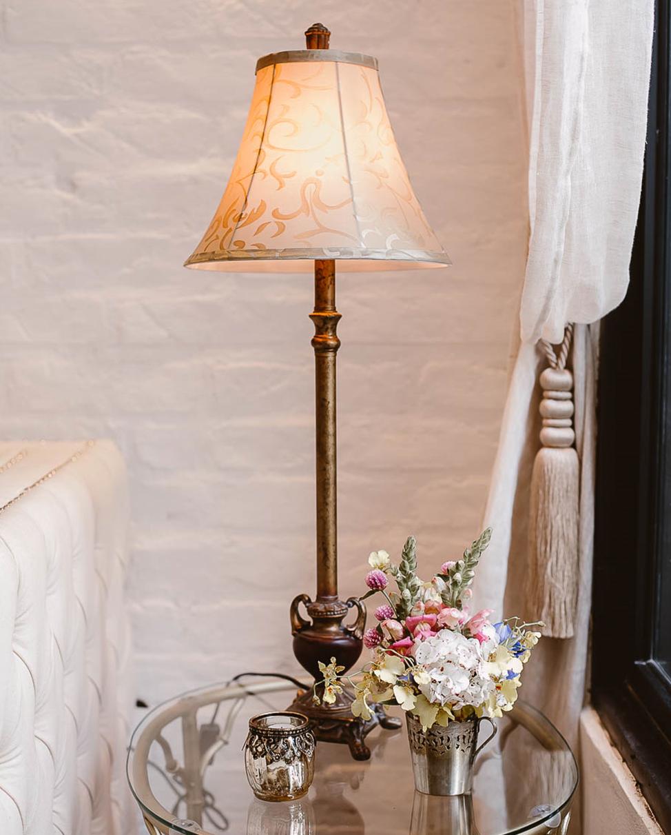 Da série: objetos especiais. ⠀ Abajur combinado com flores para alegrar mais um cantinho do Chalé. ⠀ Bonito, charmoso e delicado, assim como todos os itens que compõem nosso espaço. 🙂 ⠀ #RomanticWedding #GrupoQuintal #EspaçoDeCasamento #Wedding #casamento #CasamentoRomantico #Casar #WeddingInspiration #EspacoParaEventos #CasarEmSP #WeddingStyle #WeddingIdeas #Classy #ClassicWedding #RomanticDecor #ClassicDecor #ClassicBride #CasamentoNoChale #CasamentoNoChaleQuintal #CasamentoNoChalé #VouCasarN