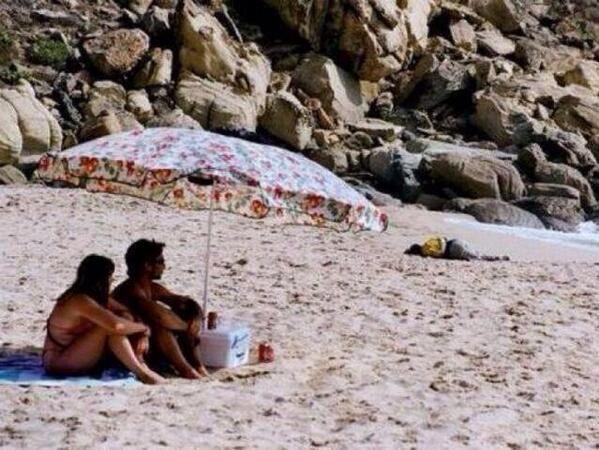 """Inmigrante muerto en la playa de Zahara de los Atunes"""" Cadiz, 2000. Javier Bauluz (Premio Pulitzer 1995)"""