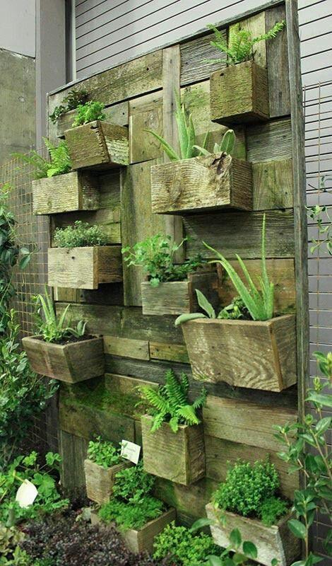 jardin vertical construit en utilisant des planches de palettes planches de palettes jardins. Black Bedroom Furniture Sets. Home Design Ideas