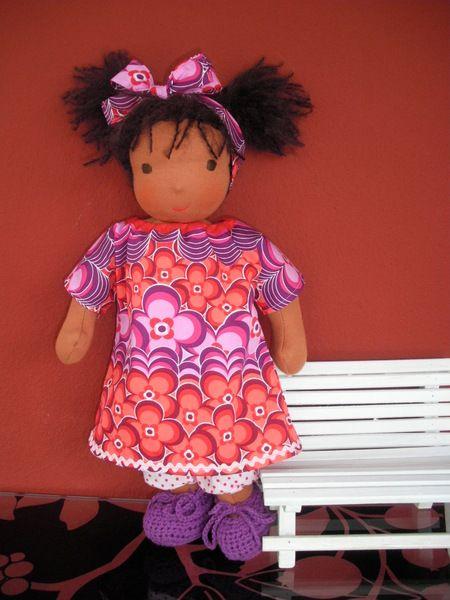Mein Name ist Leilah, ich bin eine süße, handgemachte Stoffpuppe und ca. 42 cm groß.  Ich bin mit einem Kleid und einer Hose aus Baumwolle bekleide...