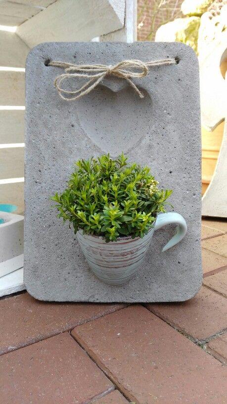 beton wanddeko mit tasse betong ide basteln mit beton beton deko og basteln. Black Bedroom Furniture Sets. Home Design Ideas