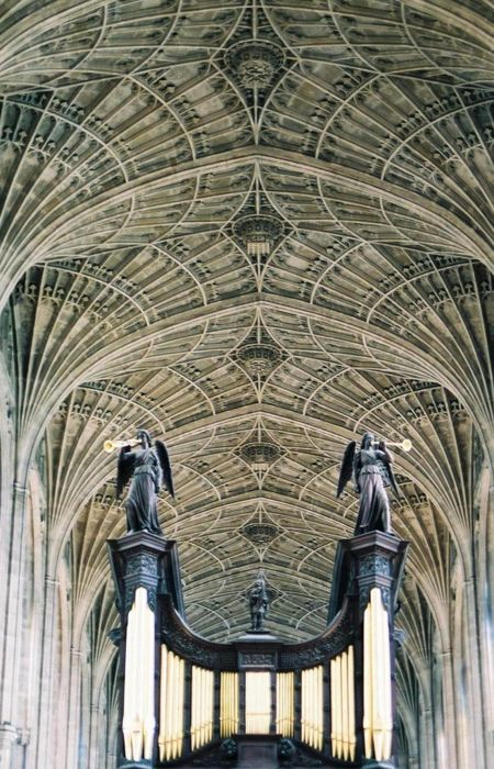 Mesmerizing gothic vaulted ceiling in Kings College ...