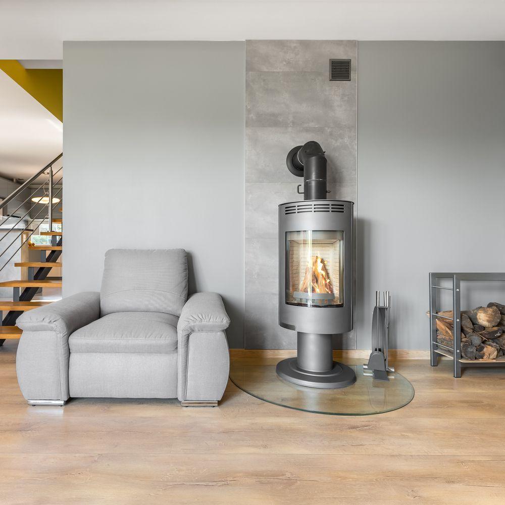 Moderner Kaminofen in Silbergrau in einem modernen Wohnzimmer ...