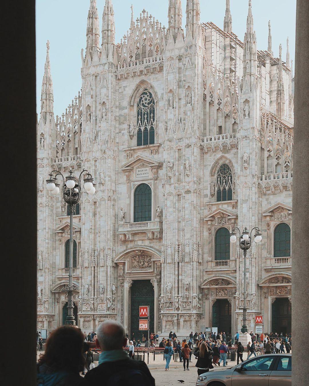 Duomo di Milano  .  .  .  #milano #milan #milanitaly #italy #italy🇮🇹 #italytravel #visititaly #beautifuldestinations #citywalk #cityexplore #cityexplorer #urbanphotography #travelmood #travelphotography #gothic #architecturephotography #architecturephotography #duomo #duomomilano #cathedral