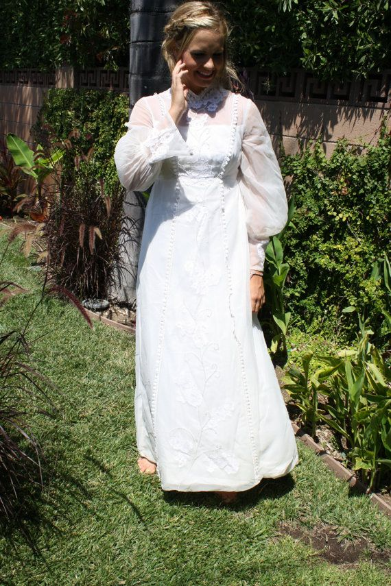1960/70s Vintage Pearl White Wedding Dress with Flower Detailing