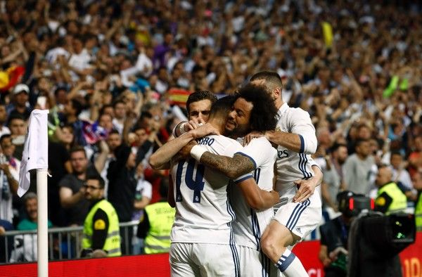 Real Madrid's Casemiro (L) celebrates a goal with teammates during the Spanish league football match Real Madrid CF vs FC Barcelona at the Santiago Bernabeu stadium in Madrid on April 23, 2017. / AFP PHOTO / OSCAR DEL POZO