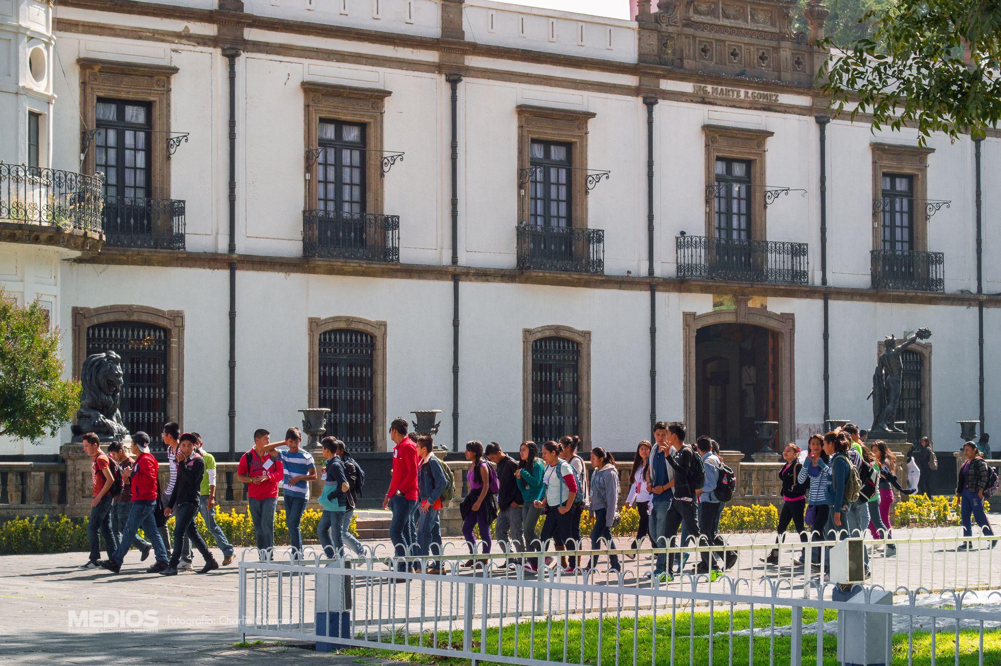 Alumnos de Nuevo Ingreso de la Universidad Autónoma Chapingo frente al edificio de Rectoría.