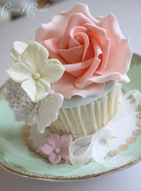 Cupcake avec décoration de fleurs et rose pour