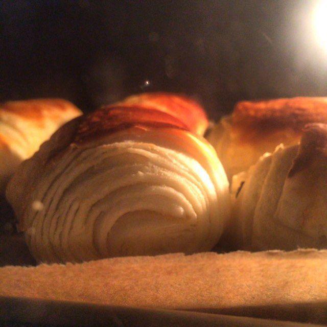 Attention c'est chaud ils sont dans le four! #Viennoiseries #beurre #AOP #feuilleter #pain #chocolat #painchocolat #boulanger #boulangerie #pâtisserie #pâtissier #vraie #passion #France #french #frangram #francegram #frenchbread #Alsace #strasgram #strasbourg #baker #beard #bread #foodgasm #followme #follower