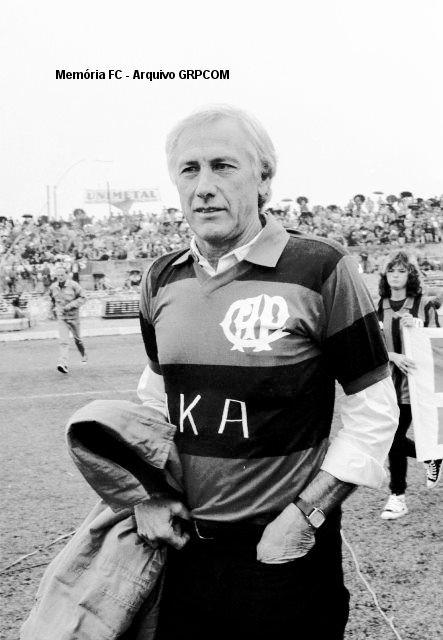 Bellini, o eterno capitão do Brasil, trajando o manto do ex-clube em visita no final dos anos 80. Clube Atlético Paranaense