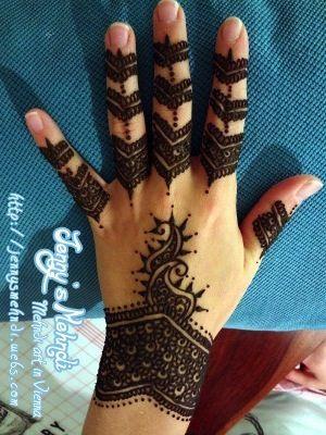 حنة حناء سوداء ورود وأشكال Henna Hand Tattoo Henna Designs Hand Tattoos