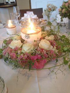 Blumenkranz tischdeko hochzeit d t pinterest for Blumen tischdeko hochzeit runde tische