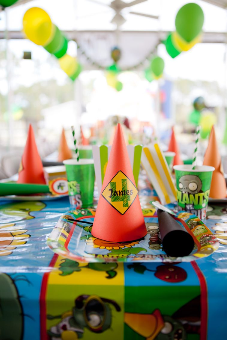 Plants vs zombies table decor for birthday party zombis for Table zombies