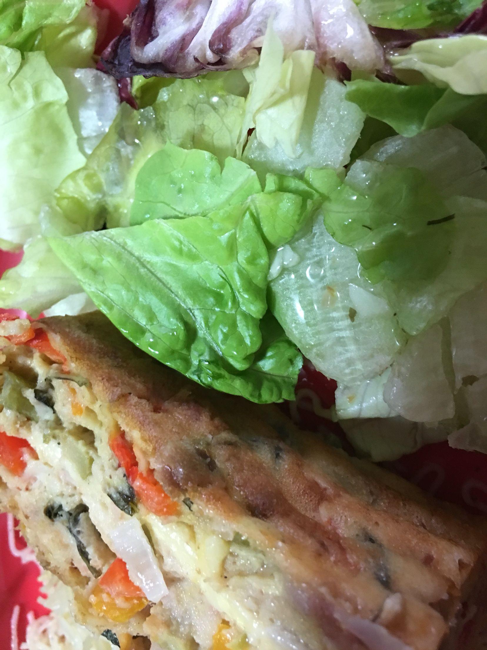 Pan de atún, piquillos, aceitunas, cebolla morada, queso y deliciosa ensalada