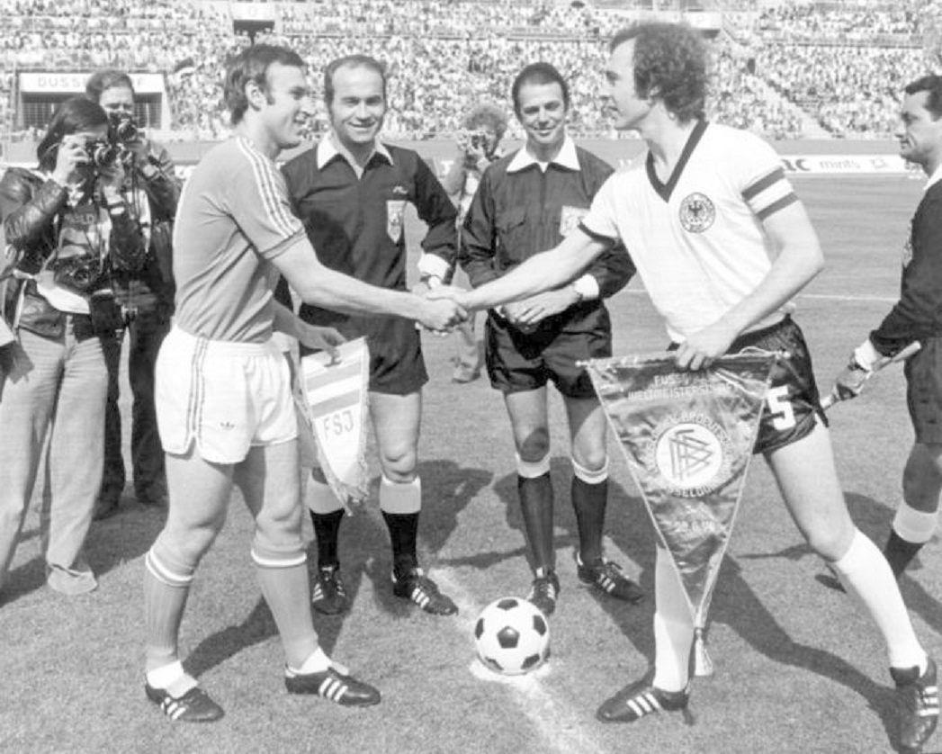 """Dragan Džajić, """"Corazón Valiente"""" saludando a """"El Káiser"""" Franz Anton Beckenbauer, en un partido de clasificación para la Eurocopa entre las Selcc. Yuguslavia vs Selecc. Alemania, 1968."""
