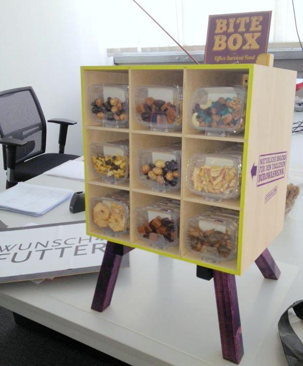 Unsere Holzbox fühlt sich auf Schreibtischen sichtlich wohl.