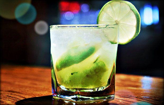 Uno de los cocteles que podrás disfrutar en nuestra fiesta de San Silvestre es la Caipiroska, bebida derivada de la tradicional caipirinha.