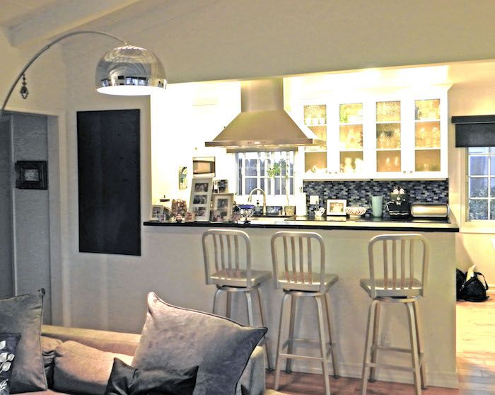 offene Küche an dem Wohnzimmer mit Sofa aus Sanft und viele