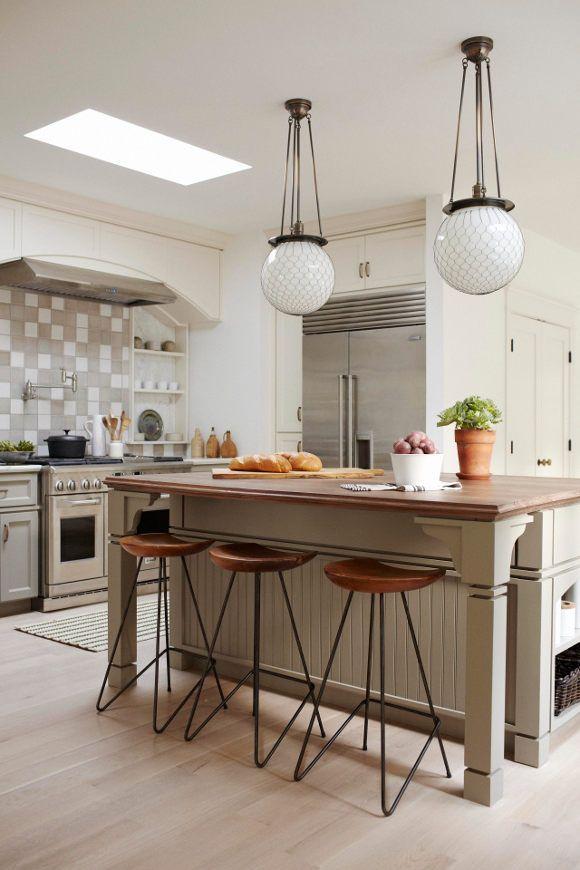 Cocina clasica color crema con isla, taburetes hierro y madera ...