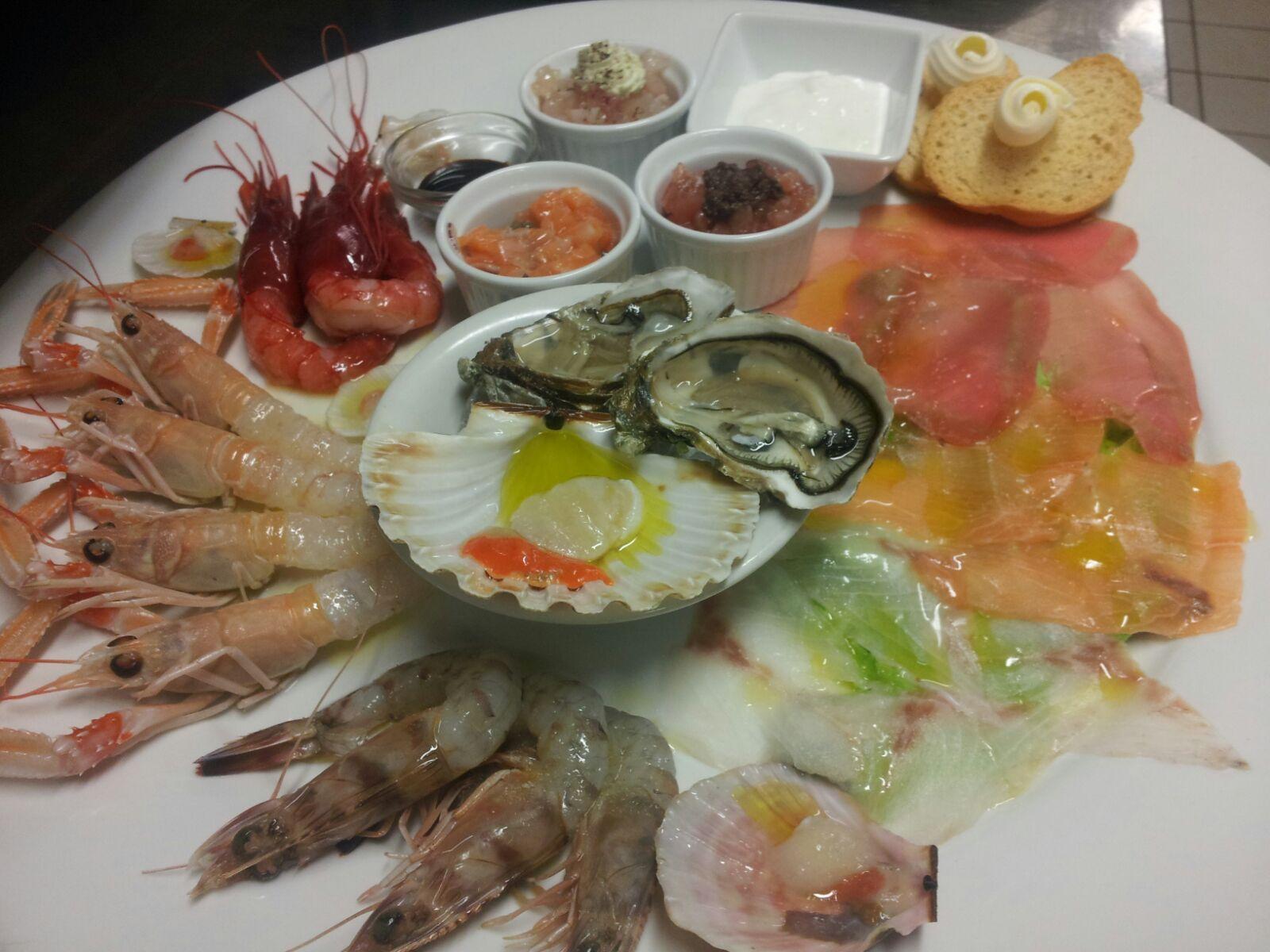 Cruditè di pesce. Scampi, Gamberi rossi e grigi, ostriche, capasanta nostrana, carpaccio di tonno e di salmone, t… | Ricette, Ricette antipasti pesce, Ricette crude