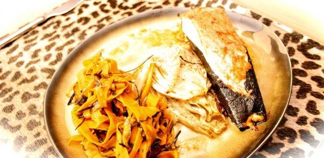 Ingepakte zalm nori met zeewierwortelsalade en geroosterde venkel