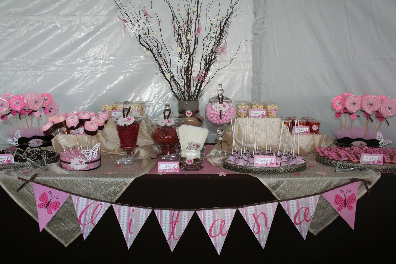 Mesa de dulces con banderines.