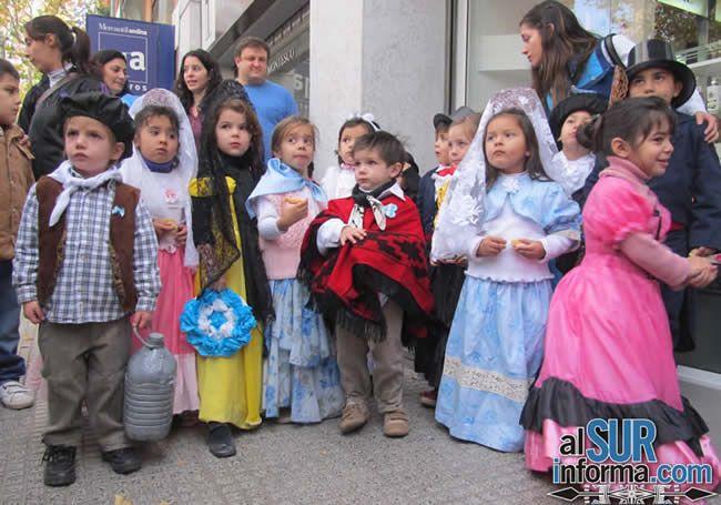"""La Plaza San Martín se vistió de celeste y blanco/ Children in Argentina celebrate the """"25 de Mayo"""""""