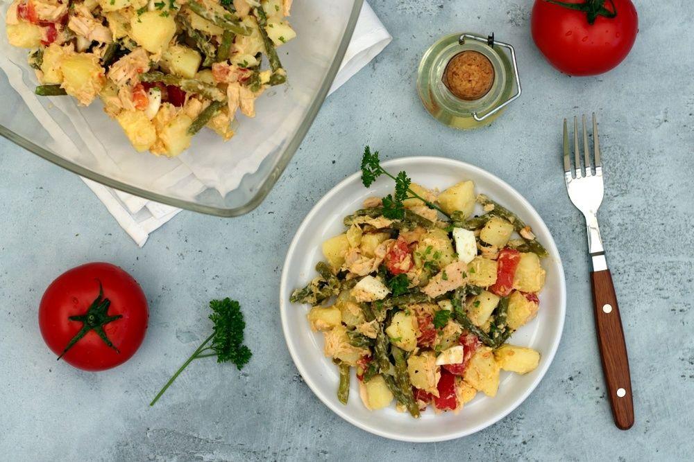 Salade de pommes de terre, haricots verts, thon, oeufs ...