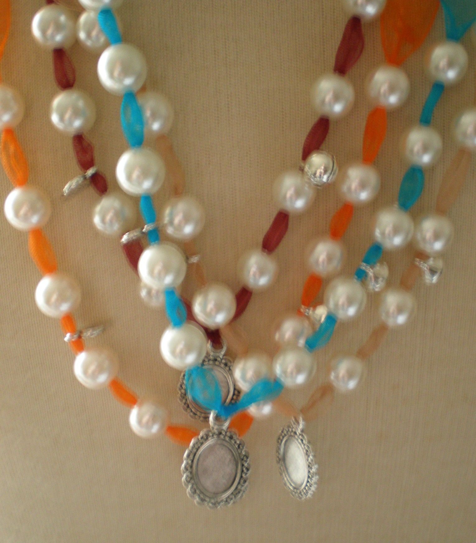 Colares ANA    Colares compridos 42 cm    Há em todas as cores      10€  http://www.facebook.com/pages/S%C3%A3o-P%C3%A9rolas/110271645754601