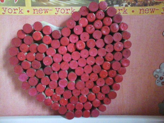 Bouchons + peinture vernis rouge + calendrier decouper en forme de - peinture en bombe pour bois