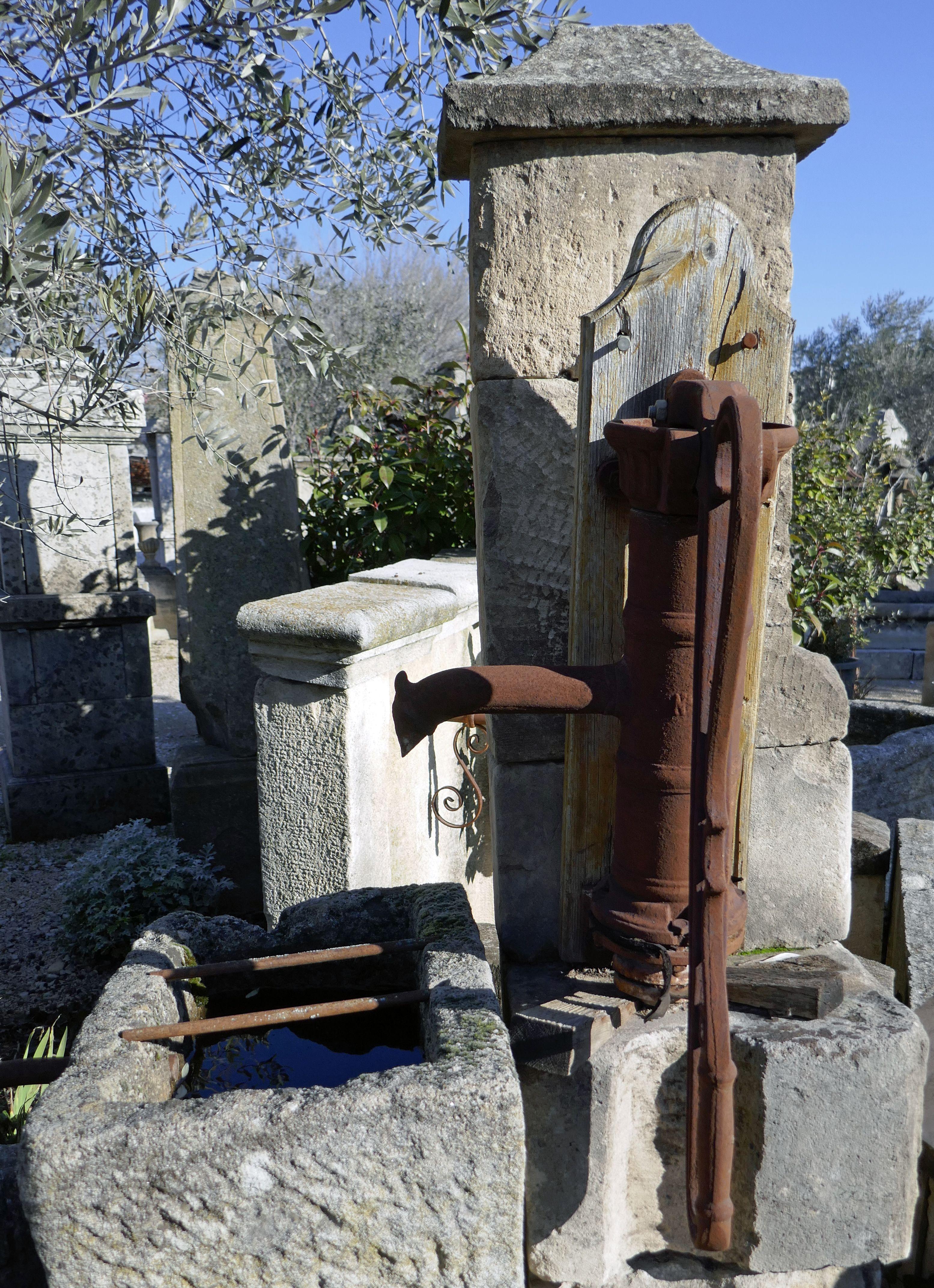 Une Ancienne Pompe A Bras En Fonte Repose Sur Un Pilier Rustique