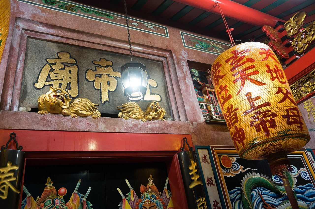 Cats and lantern at Chinese Buddhist temple (28465626266).jpg