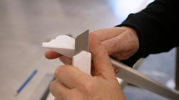 Stuckleisten Anbringen Zierprofile Montieren Und Verspachteln In 2020 Stuckleisten Tapezieren Zierleiste Wand