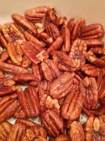 Sweet and Spicy Pecans #Christmas #recipe #appetizer via @Lora Hogan (Daily Southern Sunshine)