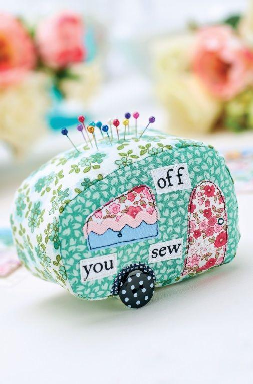 Alfiletero de patchwork con forma de caravana.  Caravan Patchwork Pincushion.